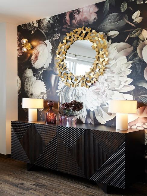 papel pintado de flores grandes con mueble consola negro y espejo dorado