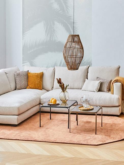 salón con sofá beige y fotomural gris con palmera