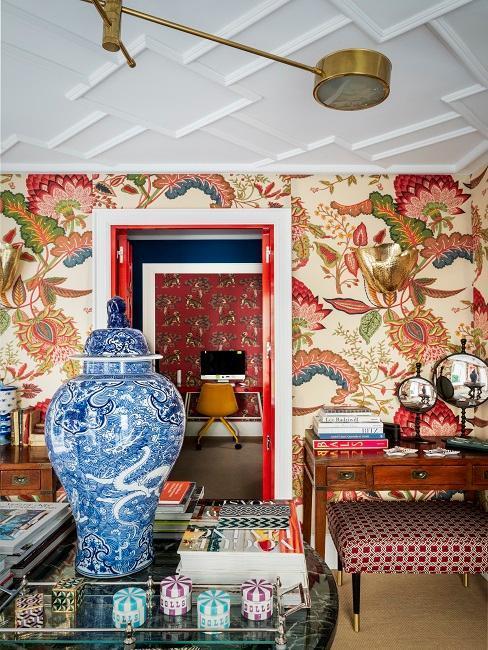 habitación retro con papel pintado en tonos rojos