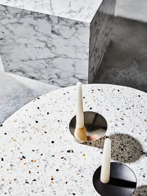 mesa de terrazo con dos velas