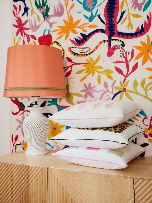 lámpara cojines y papel pintado distintos colores