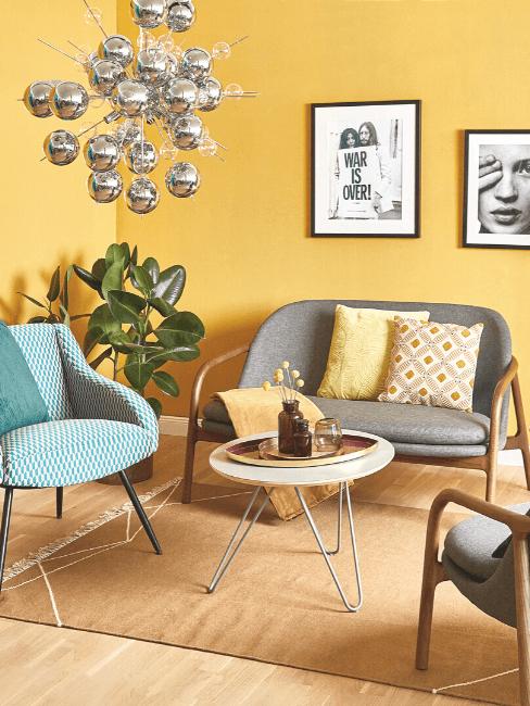 salon con paredes amarillas y sofás grises