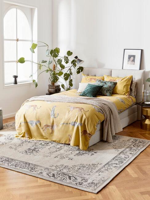 domitorio gris con sábanas amarillas