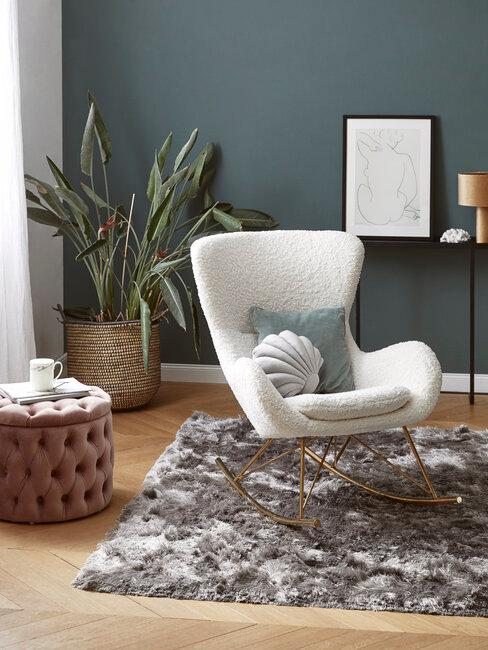 sillon blnaco boucle pared verde, planta alfombra gris y puf rosa