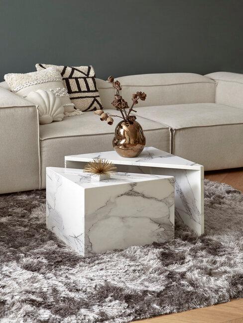 mesa de café de mármol con sofá y alfombra gris