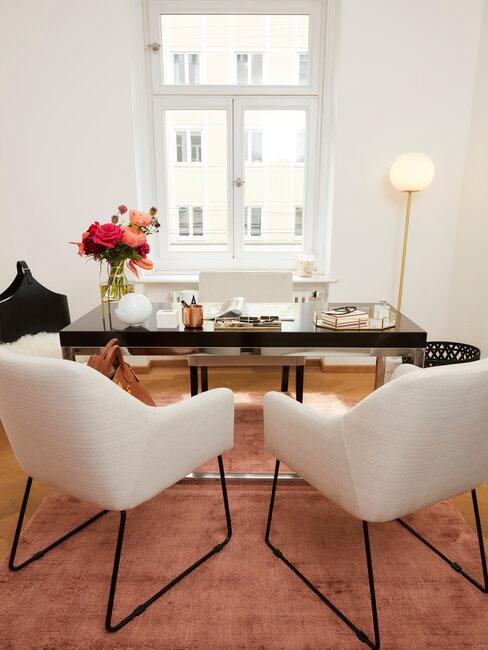sillas beige mesa negra y lámpara dorada
