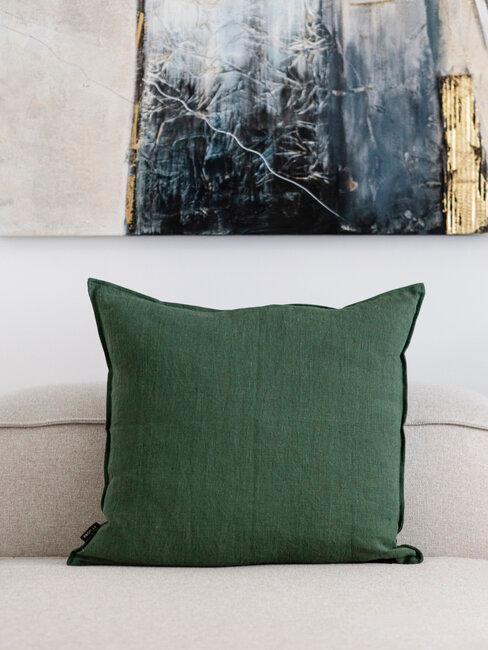 cojin verde sobre sofá beige