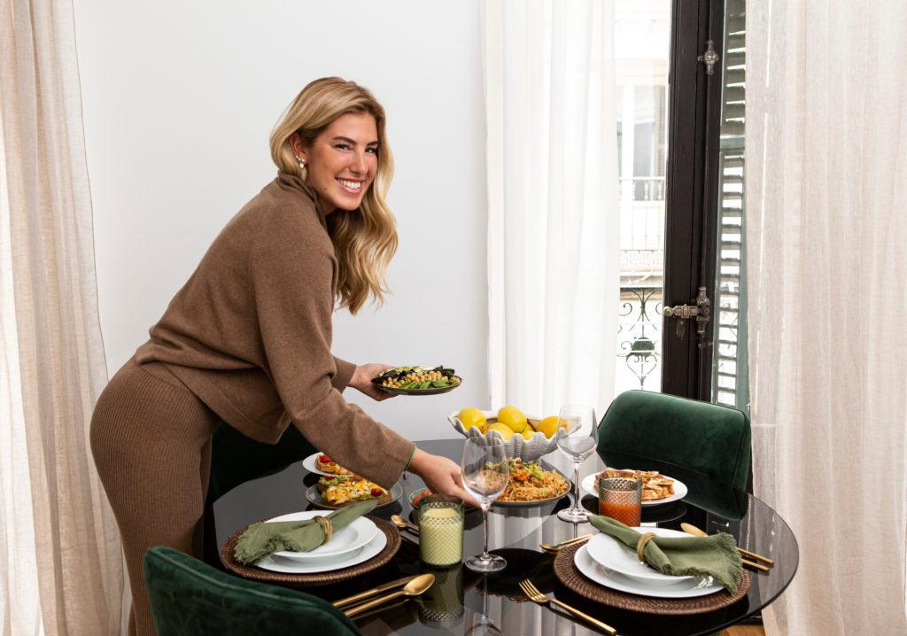carla hinojosa poniendo la mesa en el comedor