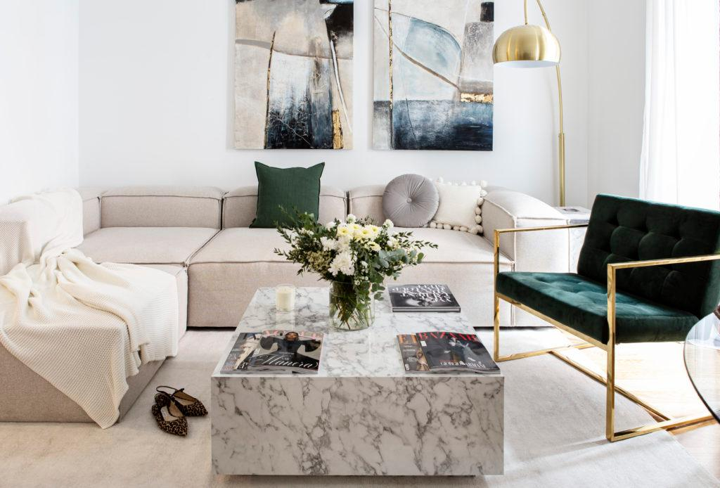 sofá en l lennon con mesa de mármol y sillón verde