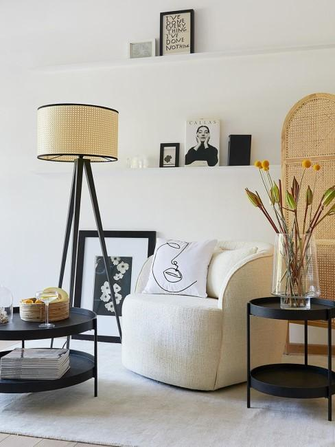 Lámpara de pie con pantalla cannage y cojín con una cara en dibujo abstracto