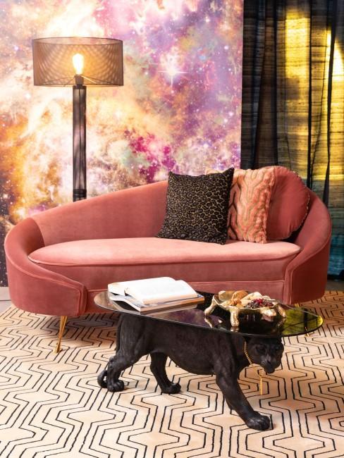 Salon decorado de forma atrevida con una mesa pantera