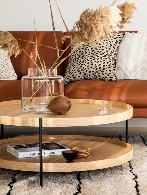 sofa de cuero con cojines en estampados y blancos