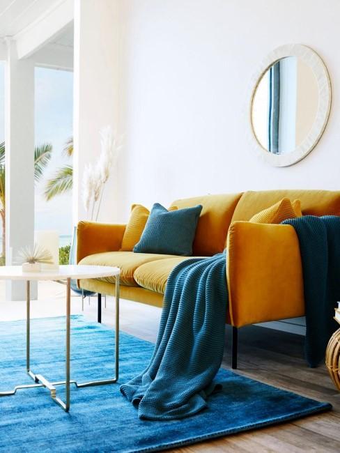 sofa de color amarillo y una alfombra azul intensa