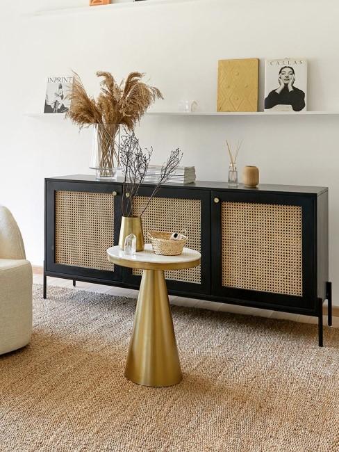 Salón con una comoda de rejillla, y una mesa auxiliar dorada