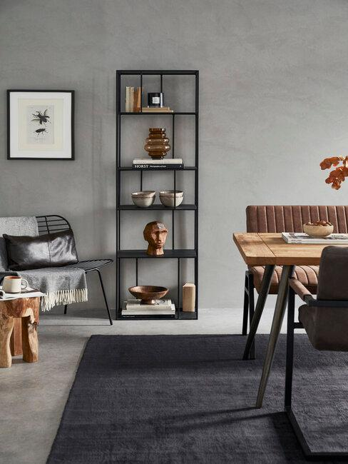 estanteria alfombra y sillón metálico negro