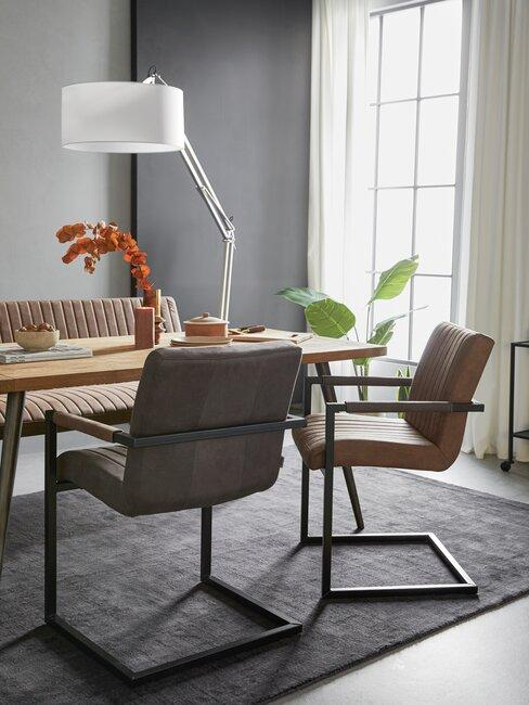 sillas de cuero marrón y fris con lámpara blanca