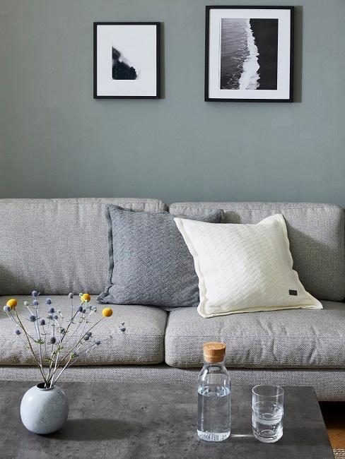 sofa y mesas grises y cuadros en balnco y negro