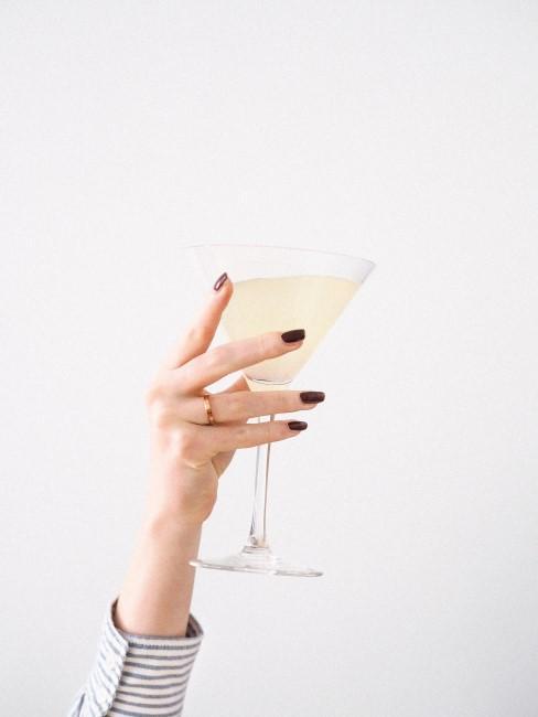 mano de una chica y una copa para celebrar