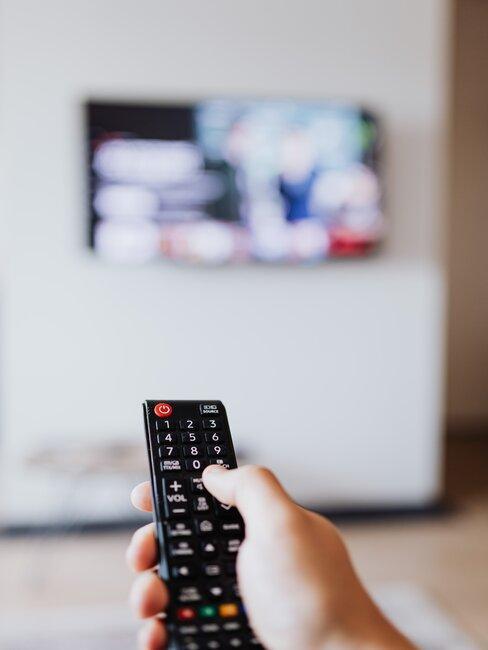 mano y mando de television