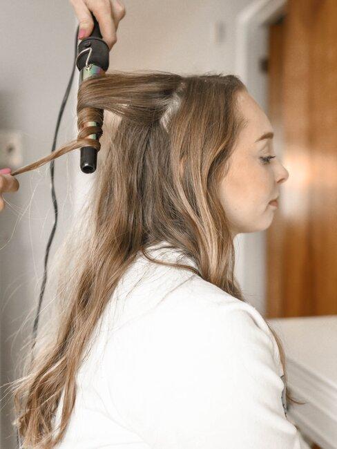 mujar con rizador de pelo