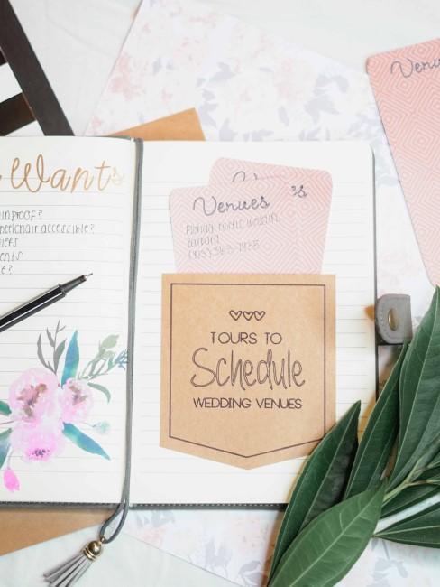 Cuaderno con notas para organizar una boda