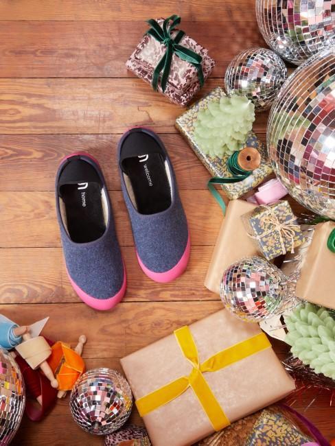 Regalos y unas zapatillas para estar por casa