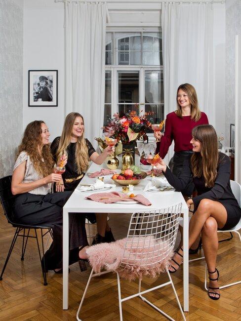 cuatro amigas celebran fiesta en casa