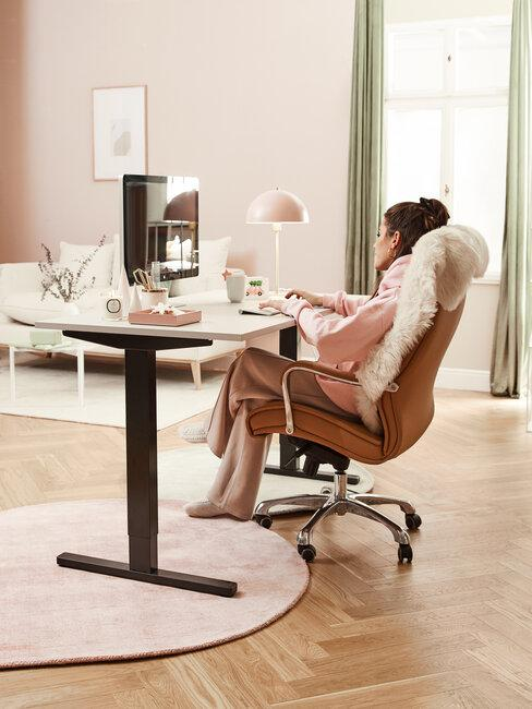 mujer sentada en silla con ruedas oficina en casa