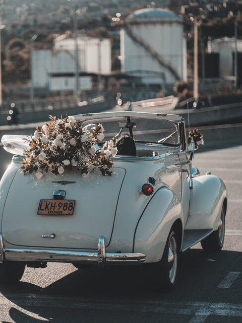 coche con ramo de flores boda
