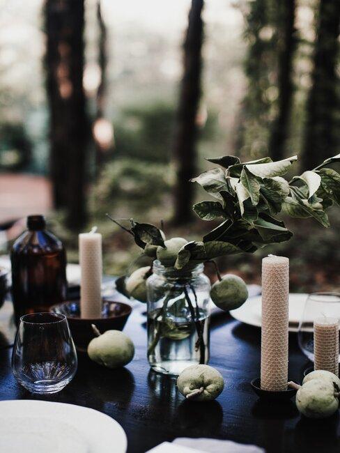 decoración de mesa con velas y plantas
