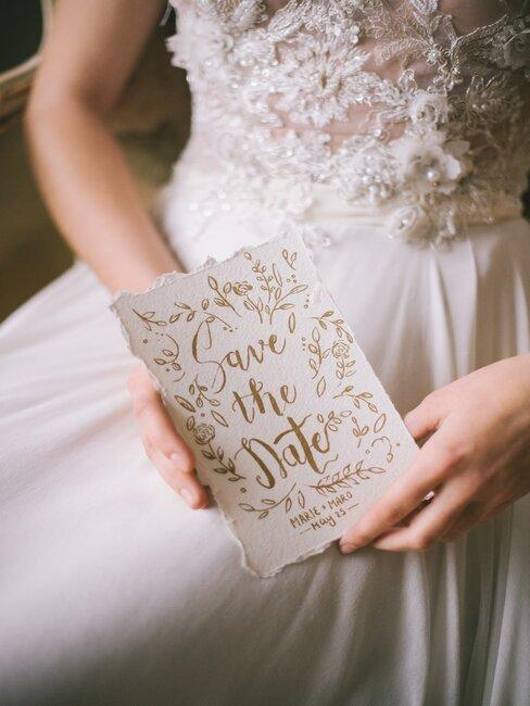 novia con inviación de boda en la mano