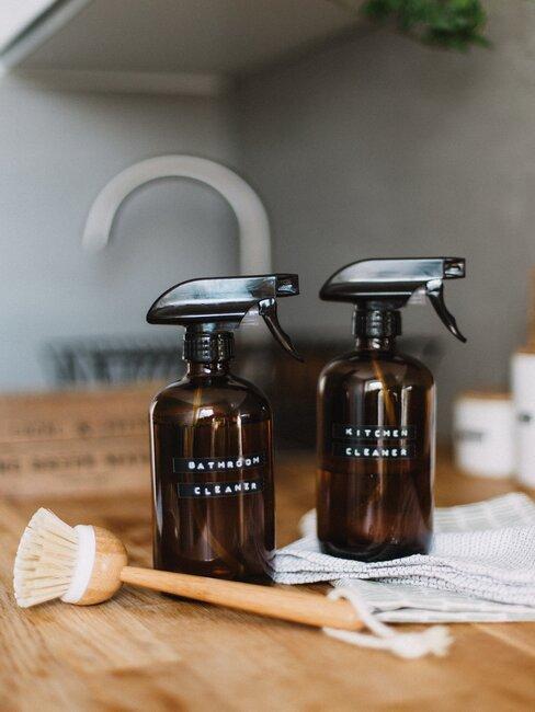 productos caseros de limpieaza y cepillo de madera
