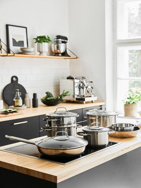 electrodomésticos y menaje acero inoxidable en cocina negra y madera