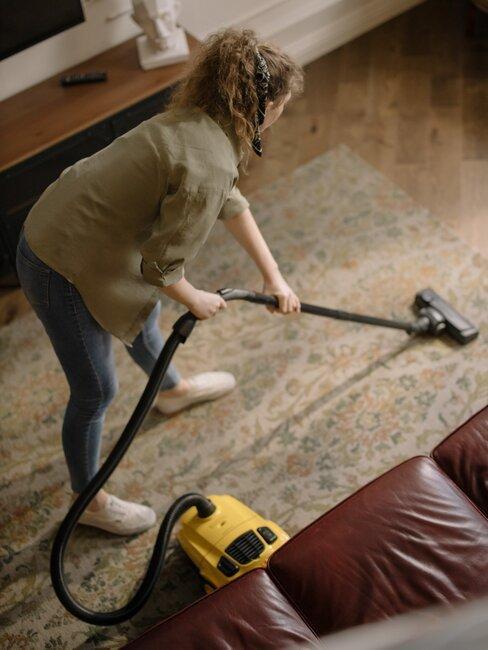 mujer aspira alfombra salón
