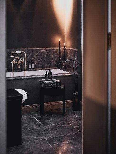 baño de mármol negro