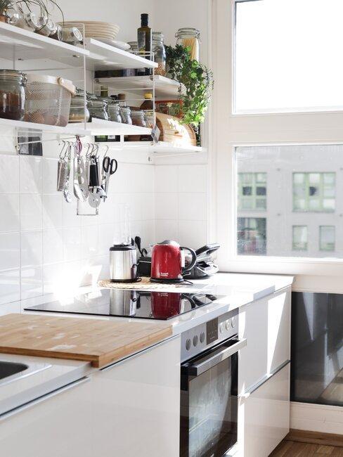 cocina blanca con estanterias