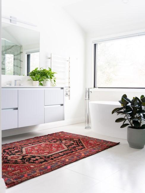 Baño blanco con una alfombra roja