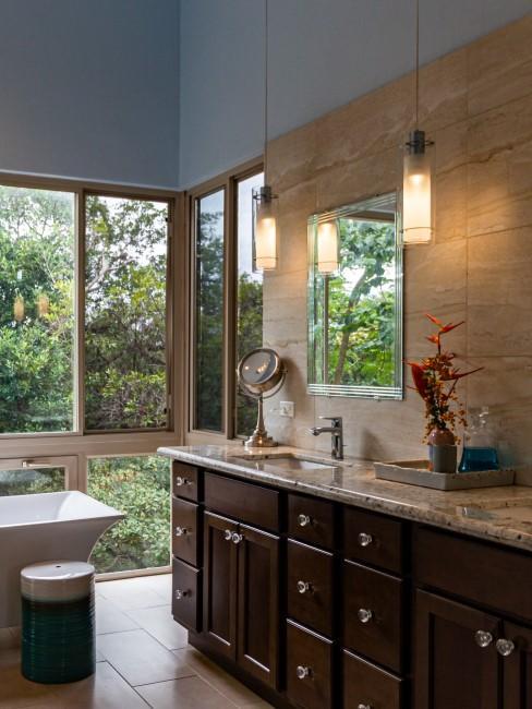 baño hecho de madera y marmol