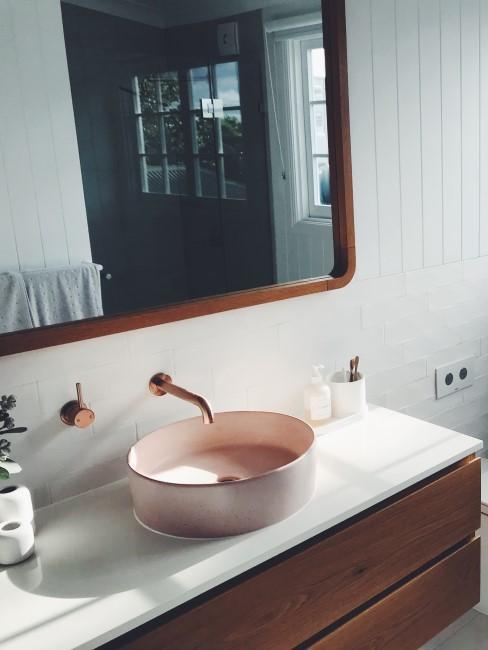 Baño con una decoración vintage en madera y cobre