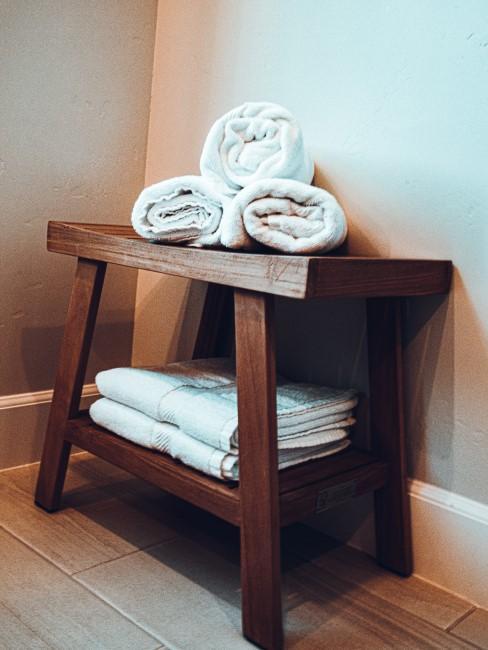 Banco toallero de madera oscura