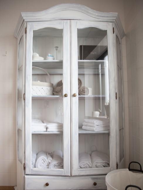vitrina blanca vintage con toallas