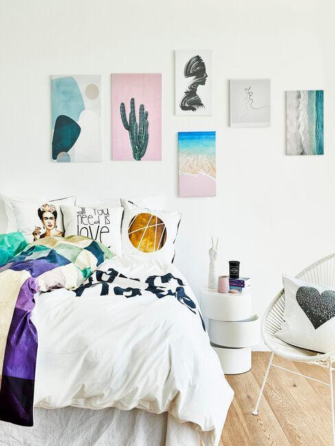 dormitorio blanco con cuadros de colores