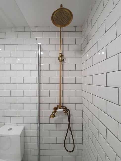 ducha vintage blanca con apliques dorados