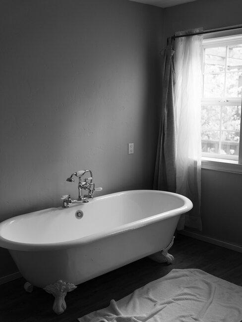 baño vintage con bañera de patas