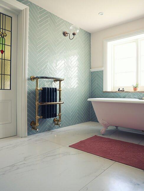 baño vintage con bañera de patas azulejos azules y suelo de mármol blanco