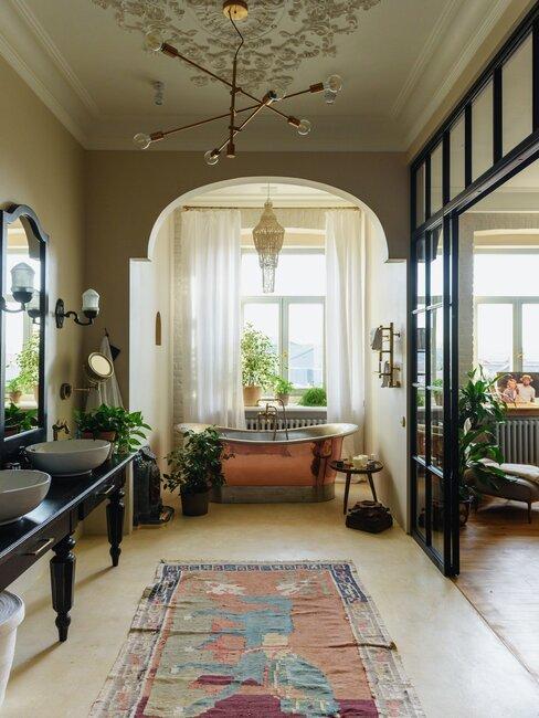 baño vintage de techo alto muebles negros bañera latón