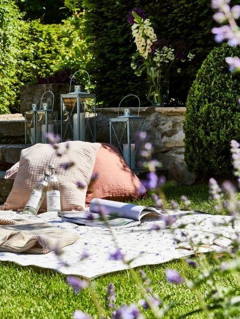 Jardín con pufs