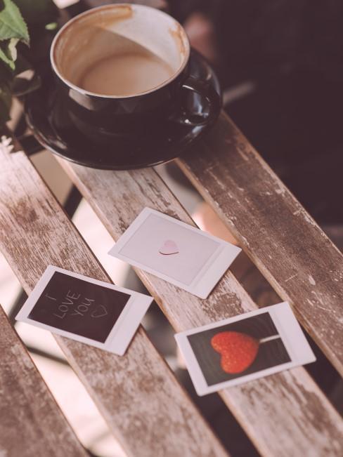 taza de café con 3 fotos polaroids