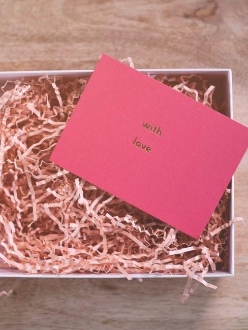 Caja con un sobre para una manualidad de san vanlentin