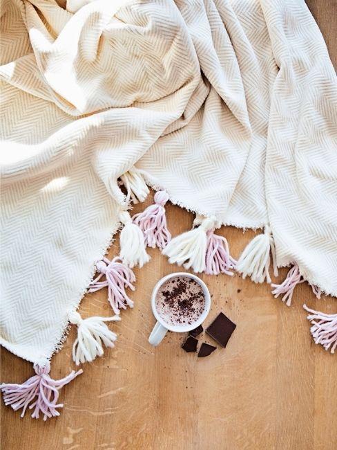 DIY manta con borlas y cafe